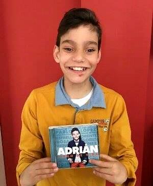 Foto de Adrián Martín Vega con su primer disco