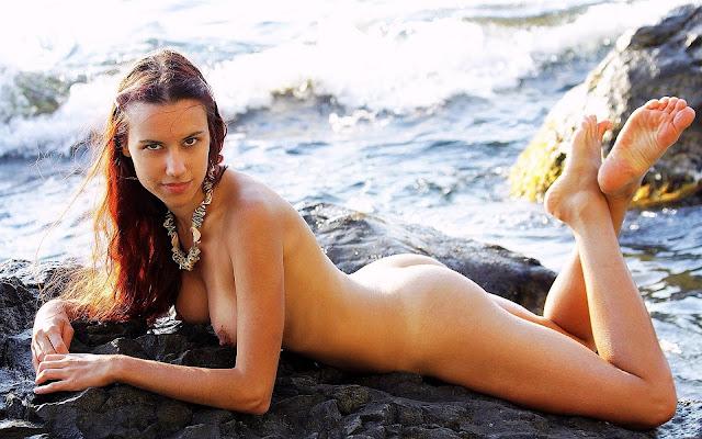 Голая, мокрая, девушка, тело, загар, грудь, попка, ножки, лежит, камень, вода, море, волны