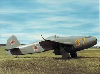 Uno Yak-15 Feather sulla pista. Identificativo 37 giallo.