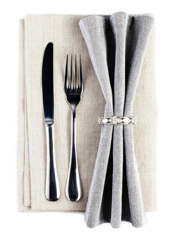شوكة وسكين على طاولة السفرة