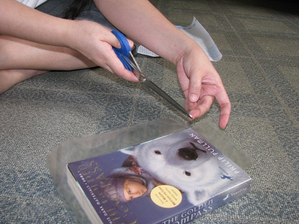 Lindungi Buku dengan Sampul Plastik