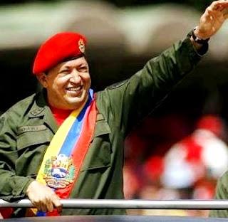 Foto de Hugo Chávez saludando a su gente