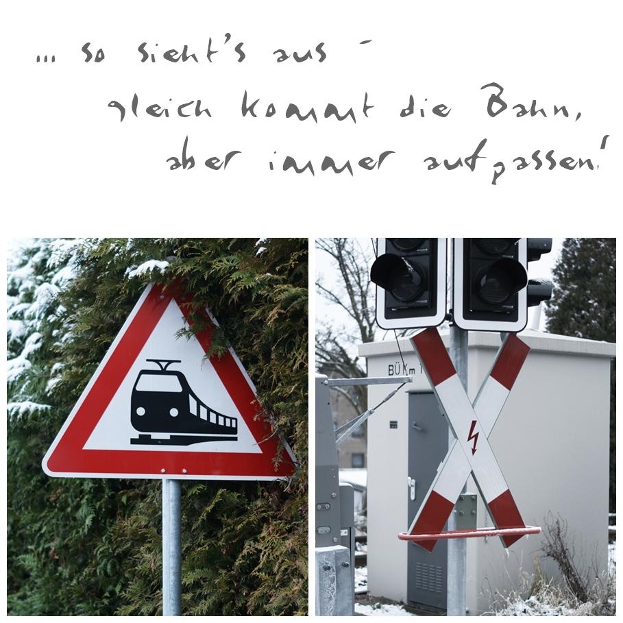 Blog + Fotografie by it's me! - Draussen - Magische Mottos im Januar, Andreaskreuz und Bahnhinweis