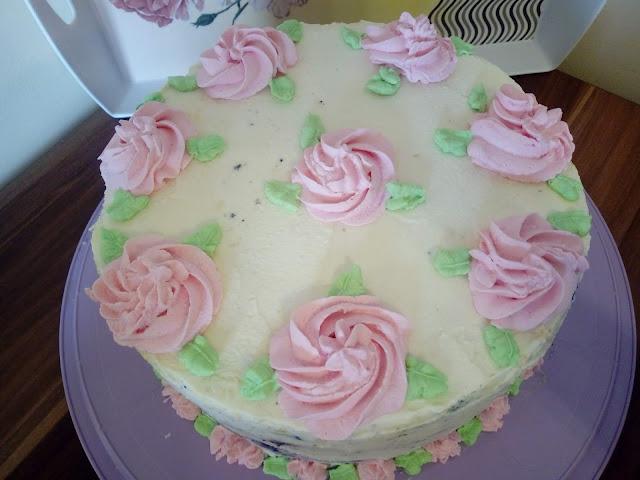 tort jagodowo kokosowy tort z kremem kokosowym tort raffaello raffaello na biszkopcie tort z jagodami tort ozdobiony kremem biszkopt cytrynowy