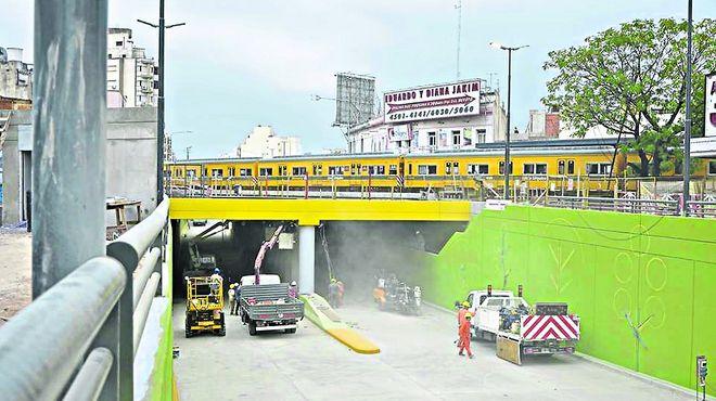 Villa Devoto: el túnel bajo las vías del tren Urquiza llega a su final.