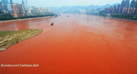 Río en China se vuelve de un extraño color rojo y lo atribuyen a mensajes apocalípticos