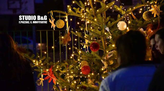 Ναύπλιο: Μικροί και μεγάλοι στόλισαν Χριστουγεννιάτικο δεντρό στα Πυργιώτικα με ανακυκλώσιμα υλικά (βίντεο)