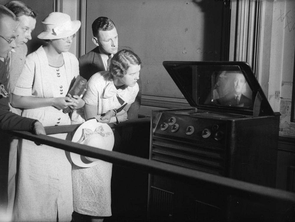 14 Historical Photos That Show the Evolution of Television From the
