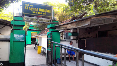 Makam Ki Ageng Bungkul di kawasan religi Taman Bungkul Surabaya.