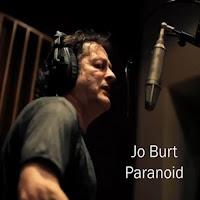 """Βίντεο με τον Jo Burt να διασκευάζει το κλασικό τραγούδι των Black Sabbath """"Paranoid"""""""