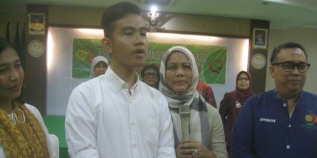 Ini Nama Cucu Pertama Jokowi serta Artinya - Gibran Rakabuming Raka besertanya Ibu Negara Irana Jokowi (dua dari kanan) menggelar jumpa pers di salah satu ruangan Rumah Sakit PKU Solo, Jawa Tengah, seusai kelahiran putra pertamanya, Kamis (10/3/2016).