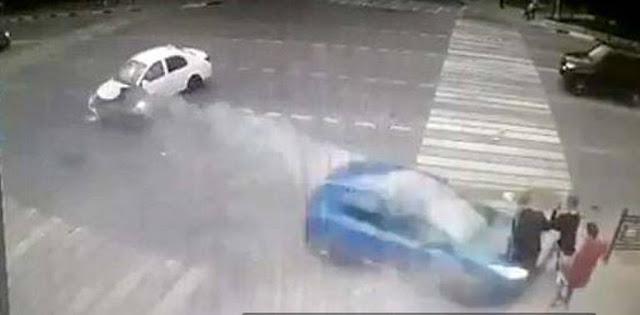 Σοκαριστικό τροχαίο με αυτοκίνητο να εκσφενδονίζει στον αέρα τρεις μαθητές (προσοχή πολύ σκληρό βίντεο)