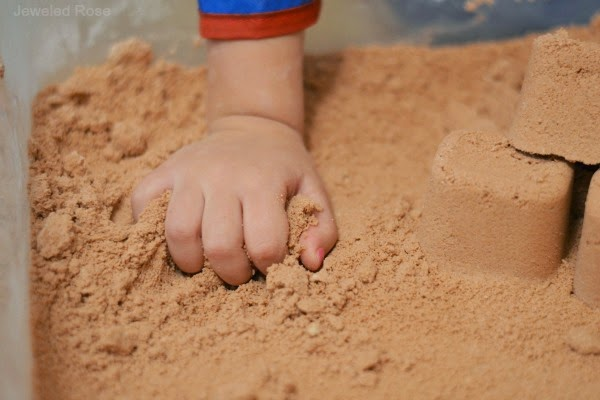 MAKE YOUR OWN KINETIC SAND. What?!  So cool! #playrecipesforkids #playrecipes #activitiesforkids #artsandcraftsforkids #craftsforkids #kineticsand #kineticsanddiy #kineticsandrecipe #kineticsanddiyrecipe