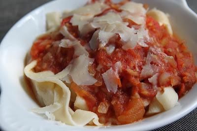 Domowy makaron z sosem ze świeżych pomidorów