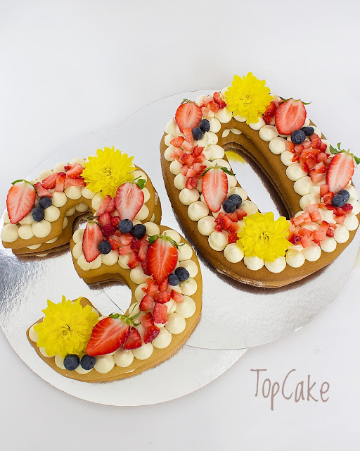Keksikakku eli Cookie cake, biscuite cake, numerokakku, kirjainkakku, trendikäs kakku, juhlakakku, vuosijuhlakakku, valkosuklaa, suklaa, valkosuklaatäyte, keksipohja, topcake