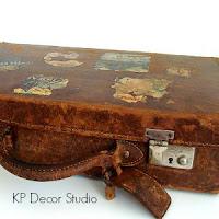 Maletas originales, de piel y cuero, con interior de tela, con pegatinas de viaje y hoteles.