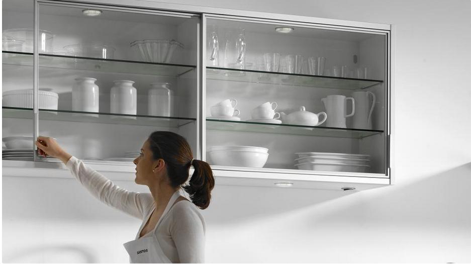 Sistemas de apertura para muebles altos por cu l for Muebles de cocina con puertas de cristal