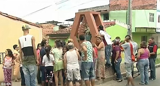 Patung Bunda Maria Meneteskan Air Mata Darah di Columbia