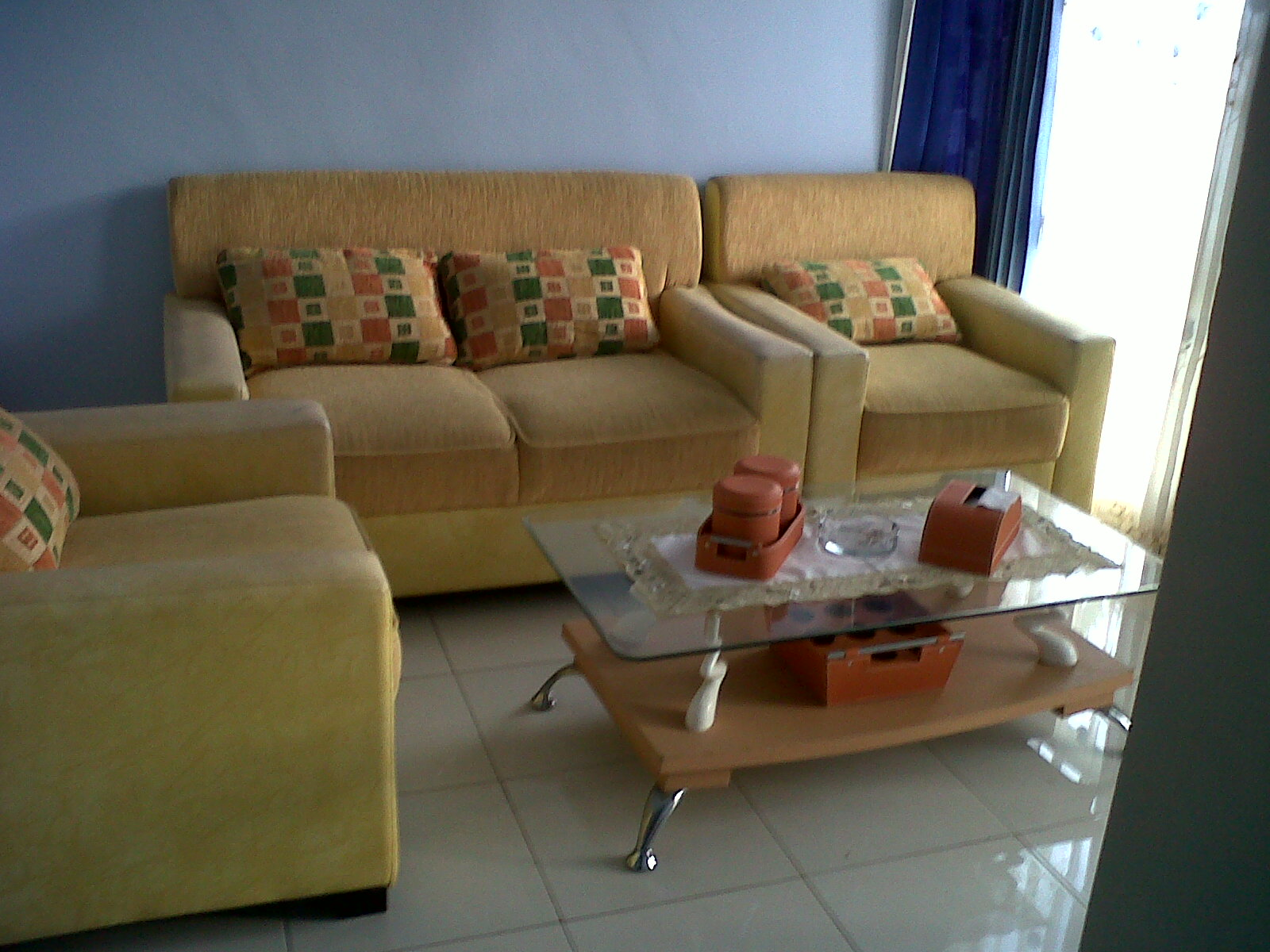 Tips menata ruang tamu kecil dan sempit rumah for Sofa yang sesuai untuk ruang tamu kecil