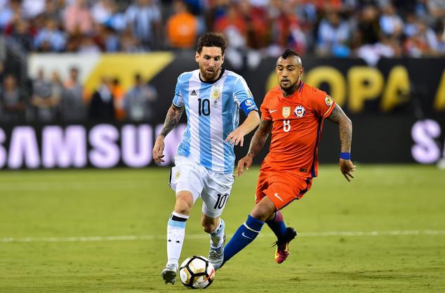 Messi (Argentina) dan Vidal (Chile)