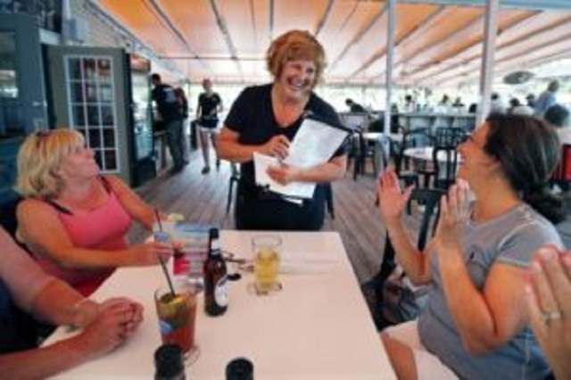Isteri Gabenor Jadi Pelayan Restoran Untuk Beli Kereta Idaman