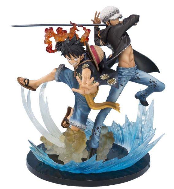 L action figure è dotata di un piedistallo e sopra c è Luffy e Law intenti a  sferrare un attacco. Perfetta in tutti i dettagli 83d0b1045471