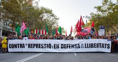 Pancarta con el lema Contra la represión y en defensa de las libertades durante la manifestación en las calles de Barcelona el 3 de octubre para denunciar la violencia policial del 1 de octubre