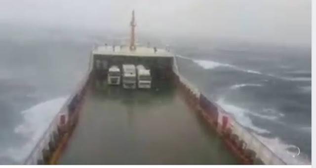 Λήμνος: Βίντεο που «κόβει» την ανάσα - Πλοίο παλεύει με τεράστια κύματα (video)