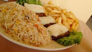 Refeição: filé de búfalo a Marajoara (Pousada e Restaurante Ilha Bela).
