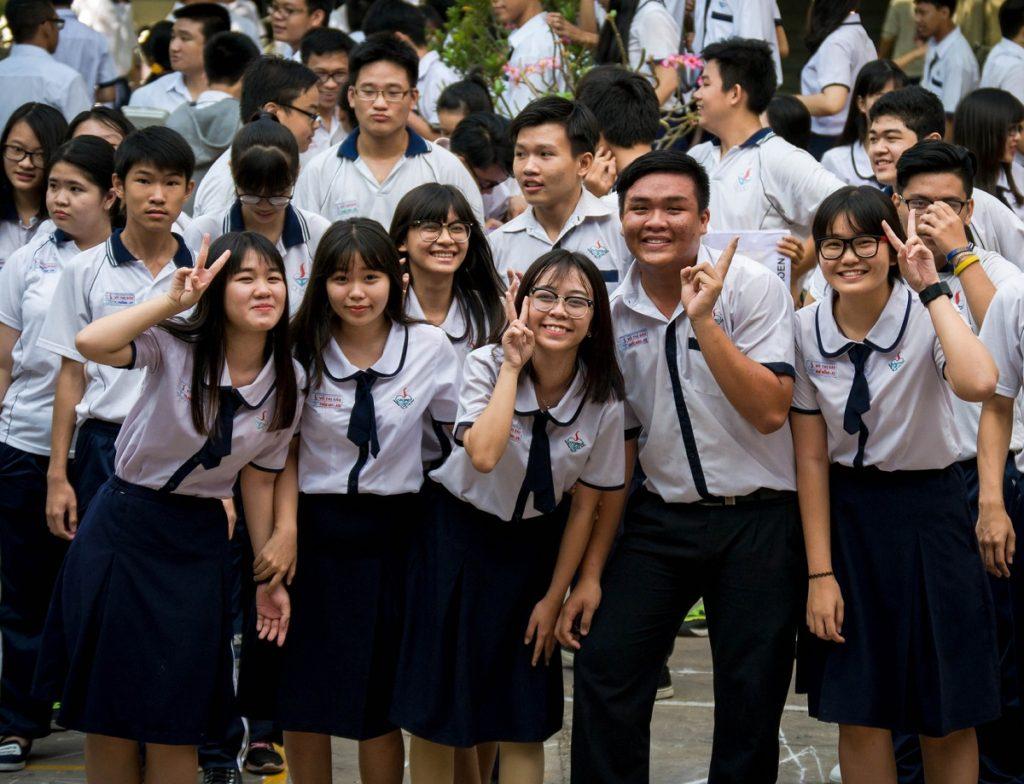 Áo trắng, quần xanh - đồng phục phổ biến ở nhiều trường phổ thông hiện nay