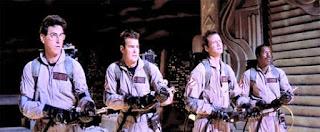 Imagen con un momento de la película: Los Cazafantasmas (Ghostbuster, 1984). Aparecen cuatros cazadores armados apuntando de frente