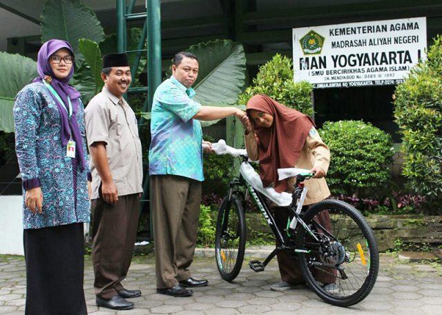 Siswi Berprestasi Ini Kayuh Sepeda 90 Menit Tiap Hari ke Madrasah