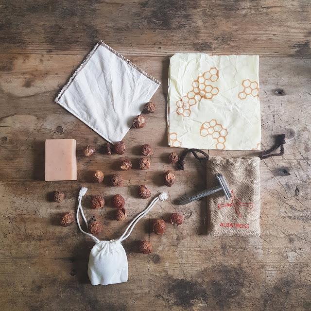 Miljøvennlige produkter: såpenøtter, sjampobar, barberhøvel, bivokspapir, vaskbart kaffefilter. Foto: Gjøri