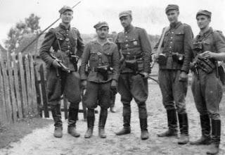 """Kadra 5 Brygady Wileńskiej AK, 1945 - od lewej: Henryk Wieliczko """"Lufa"""",  Marian Pluciński """"Mścisław"""", Zygmunt Szendzielarz """"Łupaszka"""", Jerzy Lejkowski """"Szpagat"""", Zdzisław Badocha """"Żelazny"""""""