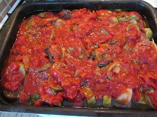 warzywna zapiekanka polana sosem pomidorowym