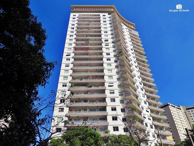 Perspectiva inferior e ampla da fachada do Edifício Viadutos - Bela Vista - São Paulo