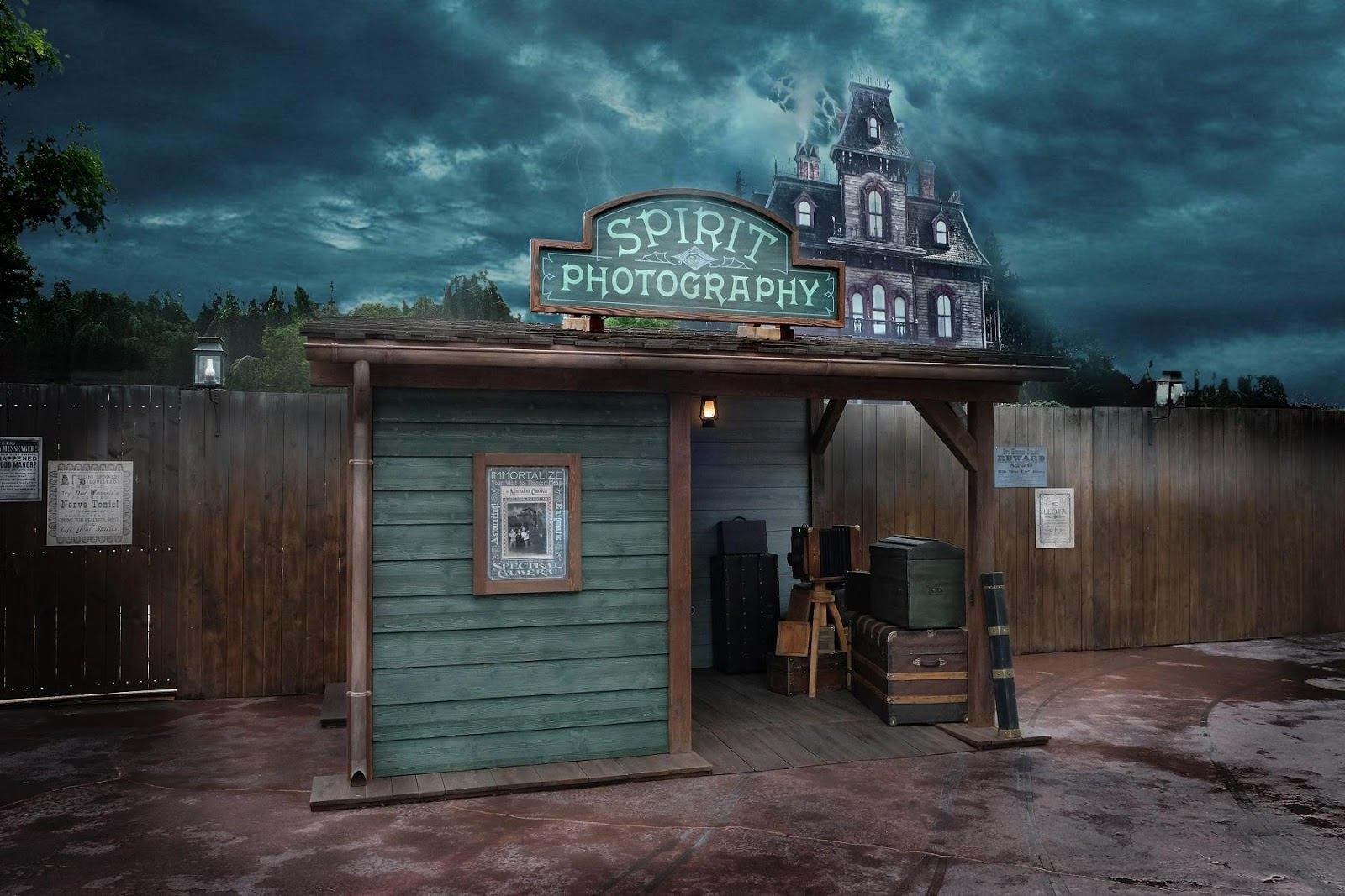 Are ghosts escaping from Phantom Manor? Spirit Photography appears!
