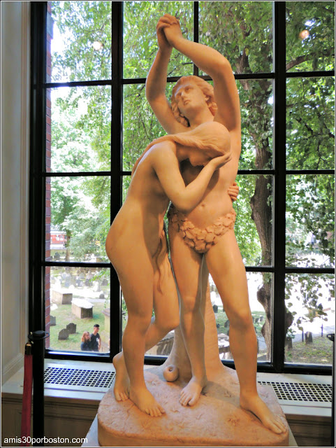 Escultura de Adán y Eva