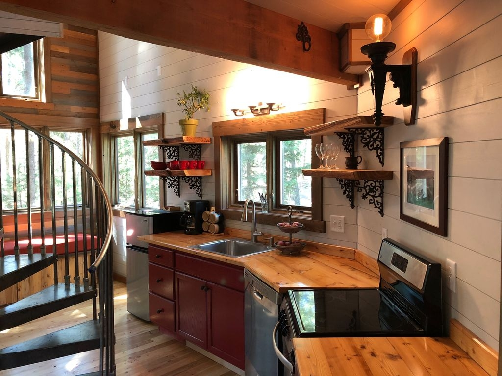 03-The-Kitchen-HomeAway-Montana-Tree-House-close-to-the-Glacier-National-Park-www-designstack-co