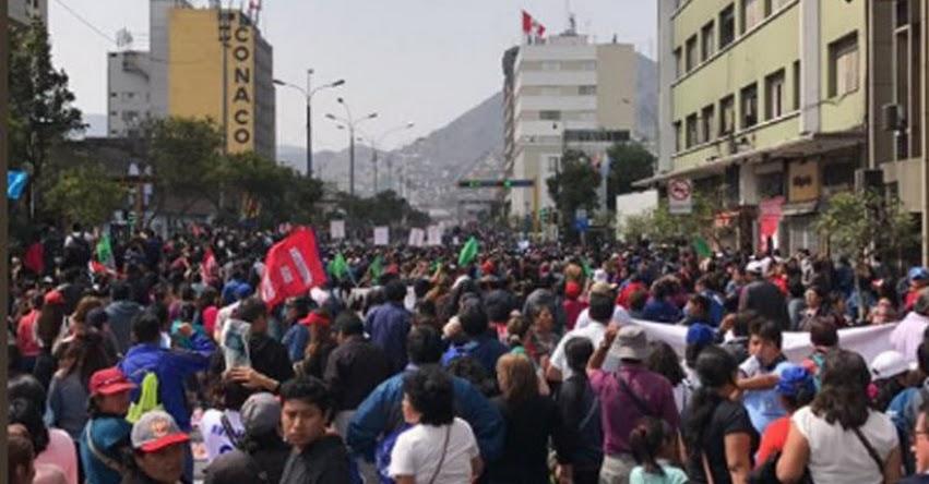 Maestros protestan en los exteriores del Congreso durante presentación de ministra Martens