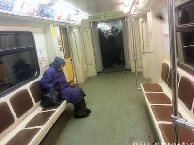 Stinkende Menschen in Bus und Bahn lustig