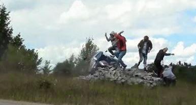 Παραλίγο τραγωδία σε αγώνα ράλι, όταν αυτοκίνητο έπεσε πάνω σε μια παρέα θεατών - Σώθηκαν από θαύμα! [video]