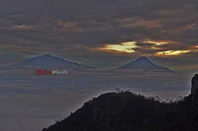Keindahan Gunung Merapi-Merbabu dari Puncak Suroloyo