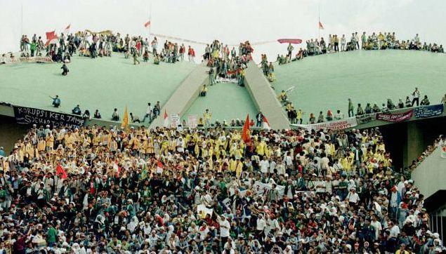 Para mahasiswa menduduki gedung DPR/MPR menuntut Presiden Soeharto mengundurkan diri.