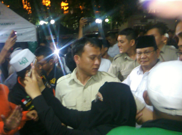 Tepuk Punggung Habib Rizieq, Prabowo: 'Keberanian Anda Luar Biasa'