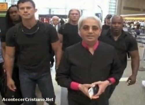 Benny Hinn caminando con guardaespaldas