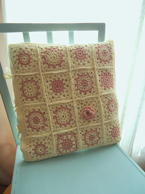 szydełkowa poduszka kremowo-różowa