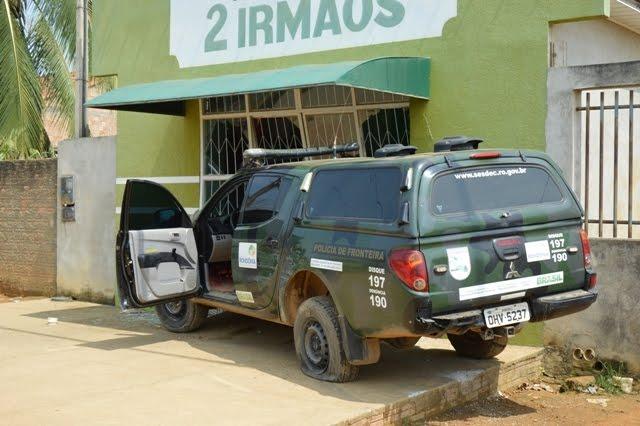 Policiais perdem controle da viatura em ultrapassagem e batem em comércio