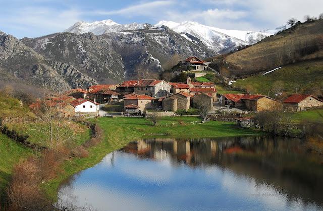 Aldea de La Focella con su laguna cubeta glaciar Asturias Parque Natural Las Ubiñas-La Mesa