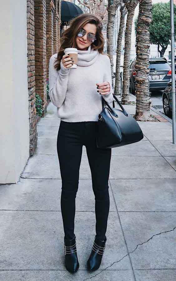 Blusa branca de gola alta e calça skinny preta